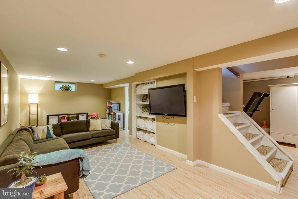Finished basement-a rare find in Bucknell! - 6908 DUKE DR, ALEXANDRIA