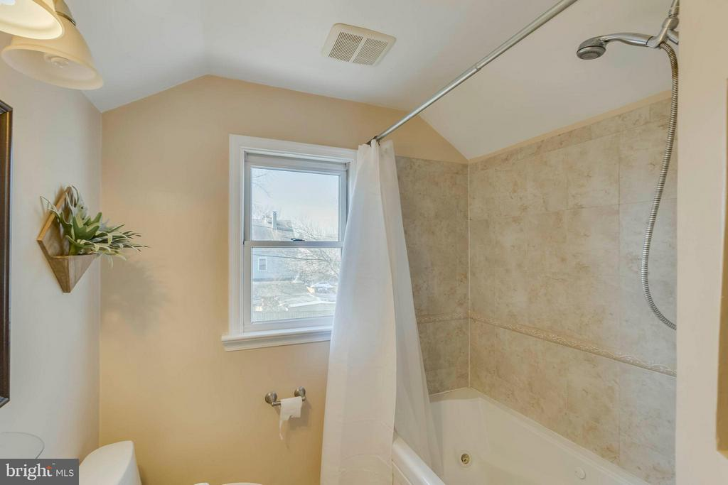 Full bath on upper level - 6908 DUKE DR, ALEXANDRIA