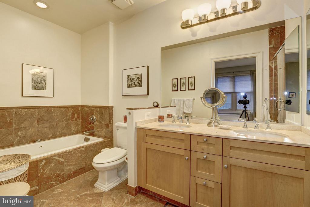Owner's Bath with tub - 4821 MONTGOMERY LN #104, BETHESDA