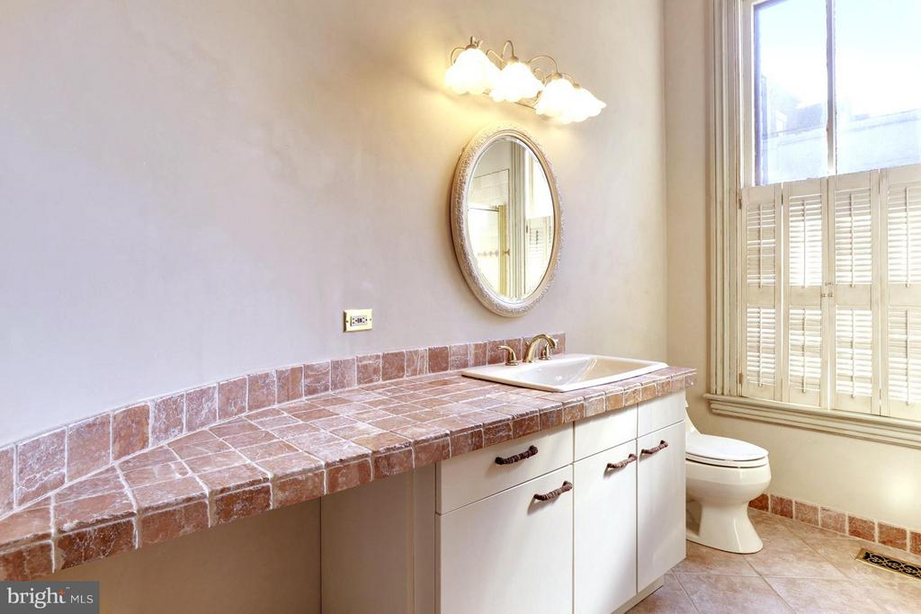 Second Master En Suite Bath with Tile Vanity - 191 PRINCE GEORGE ST, ANNAPOLIS