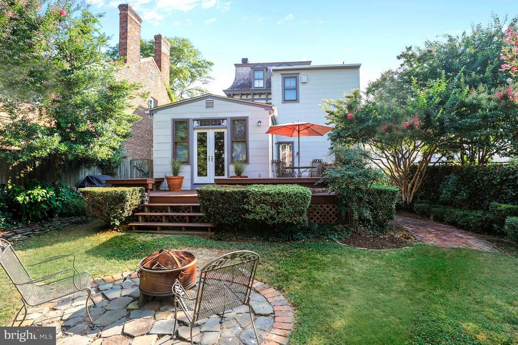Lushly Landscaped Garden with Fire Pit Patio - 191 PRINCE GEORGE ST, ANNAPOLIS
