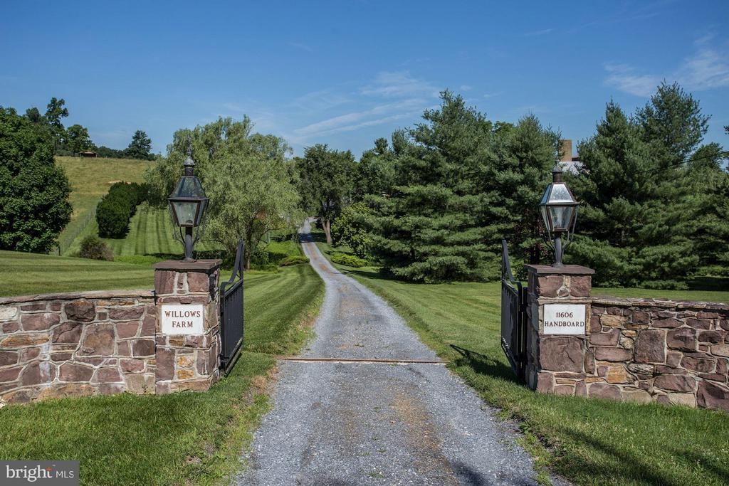 A long private driveway leads to the home - 11606 HANDBOARD RD, UNION BRIDGE
