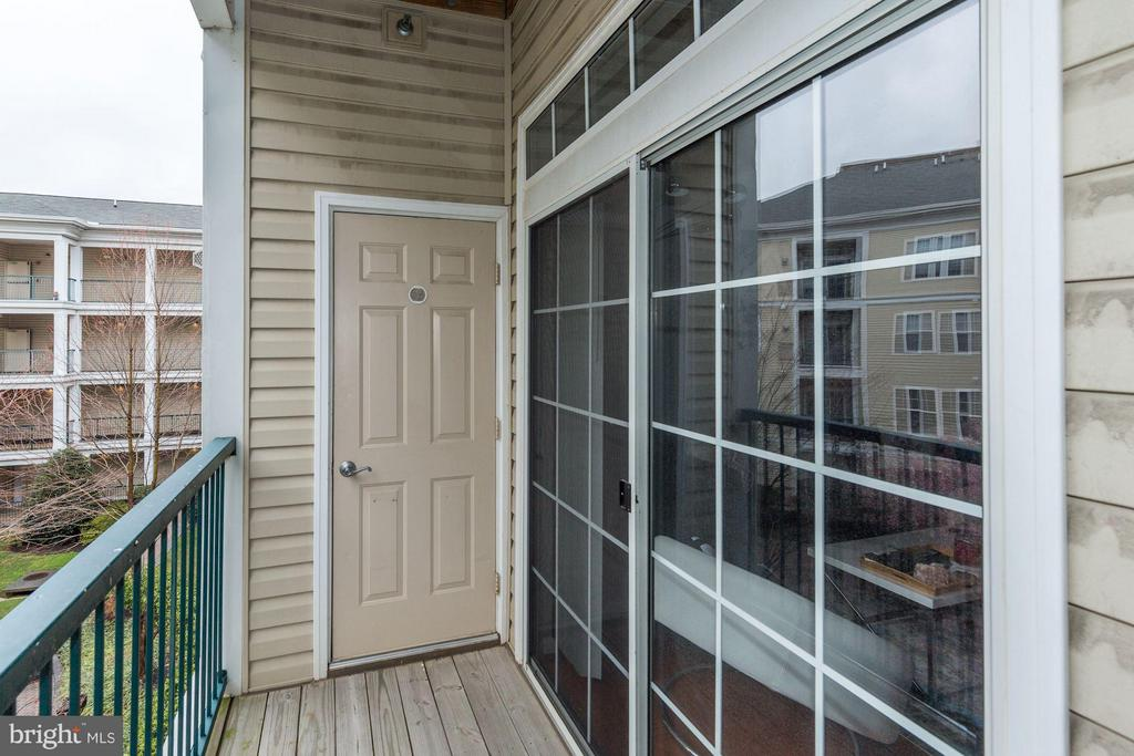 PRIVATE BALCONY LOCATED OFF OF LIVING ROOM! - 2465 ARMY NAVY DR #1-210, ARLINGTON