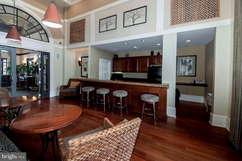 CLUB HOUSE - FEATURES FULL SIZE KITCHEN! - 2465 ARMY NAVY DR #1-210, ARLINGTON