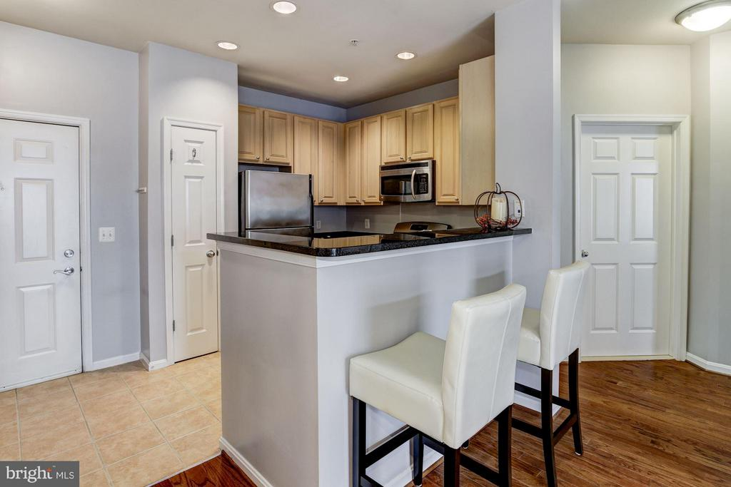KITCHEN - BREAKFAST BAR FOR CASUAL DINING! - 2465 ARMY NAVY DR #1-210, ARLINGTON