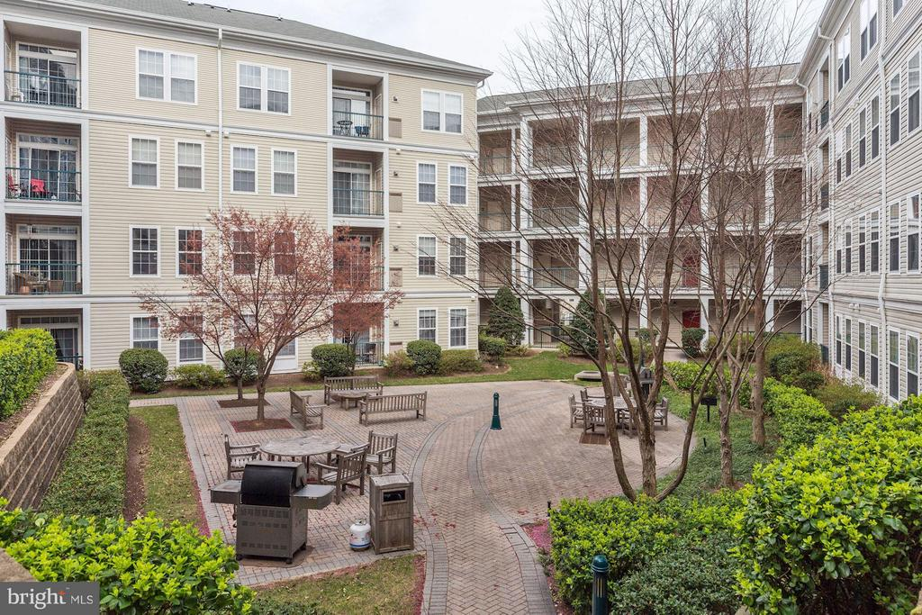 COURTYARD FEATURES BBQ GRILLS, TABLES, and CHAIRS! - 2465 ARMY NAVY DR #1-210, ARLINGTON