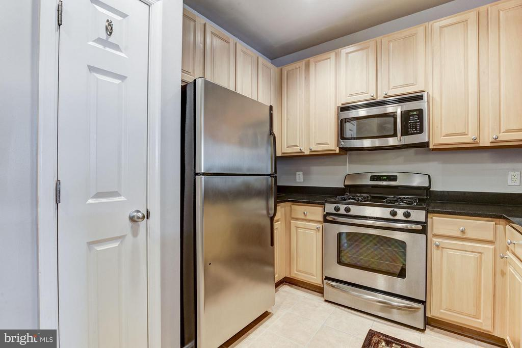 KITCHEN - STAINLESS STEEL APPLIANCES! - 2465 ARMY NAVY DR #1-210, ARLINGTON