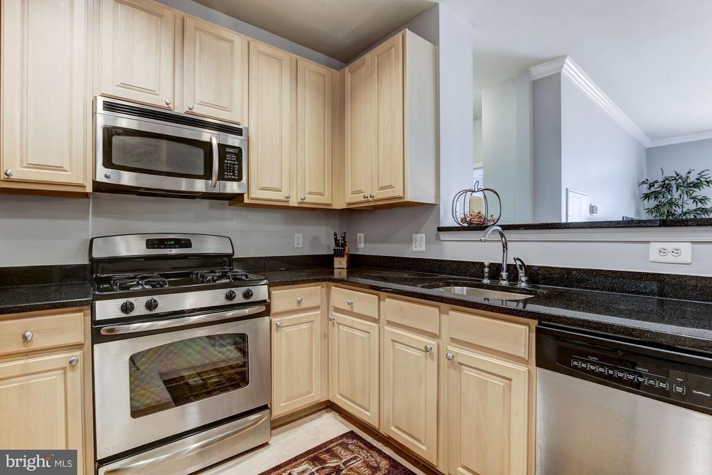 KITCHEN - MAPLE WOOD CABINETRY! - 2465 ARMY NAVY DR #1-210, ARLINGTON