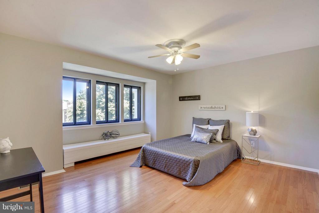 Spacious Master Bedroom - 4643 MAYHUNT CT, ALEXANDRIA