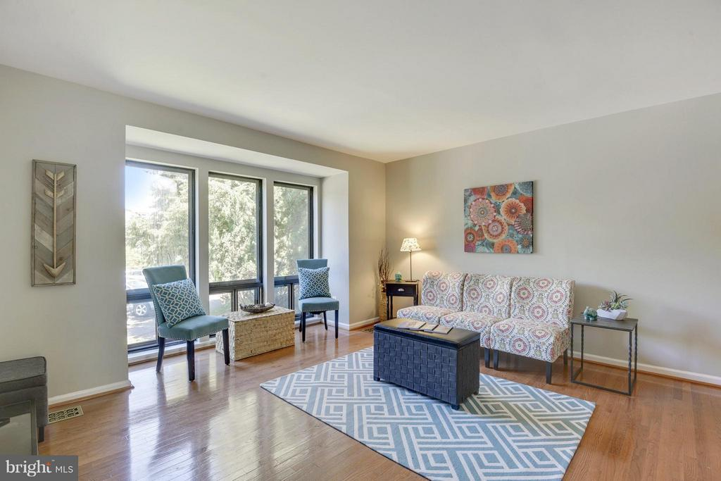 Living Room with Great Natural Light - 4643 MAYHUNT CT, ALEXANDRIA