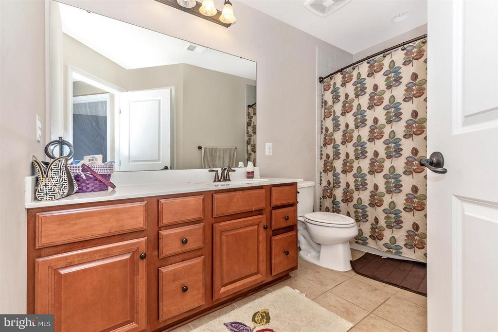 Full Bathroom Upper Level Hall - 6815 REHNQUIST CT, NEW MARKET