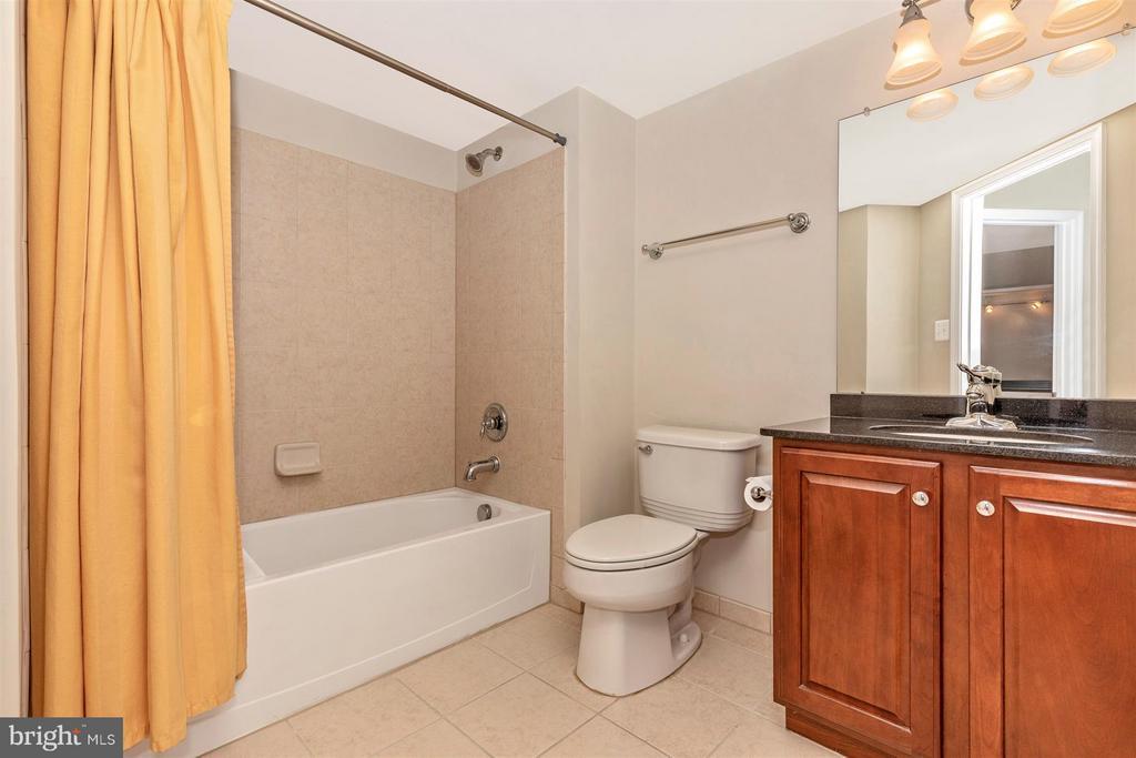 Full bathroom. - 6327 MEANDERING WOODS CT, FREDERICK