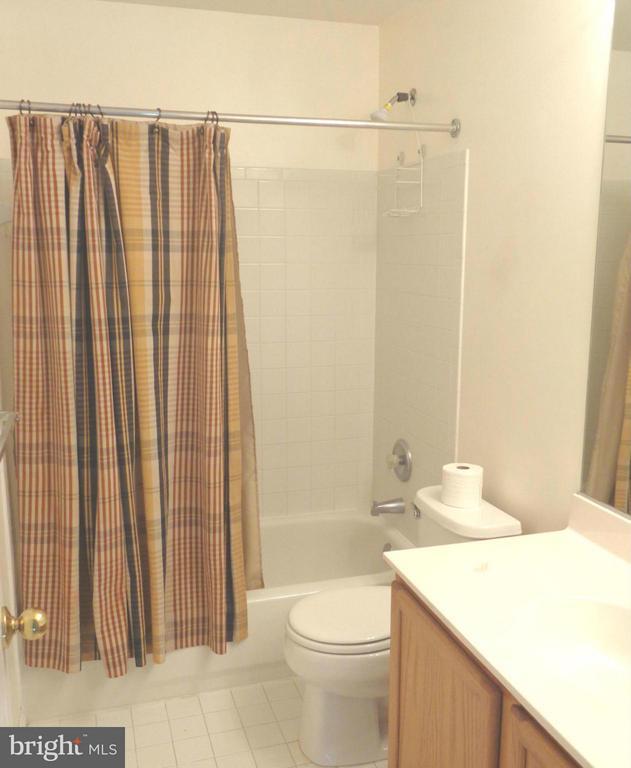 Hall Full Bathroom-Upper Level - 103 ENGLISH CT SW, LEESBURG