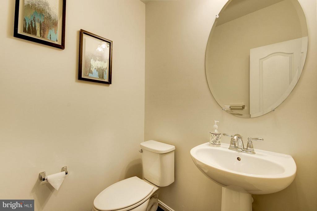 Main Level Half Bath - 6812 OSBORNE HILL DR, UPPER MARLBORO