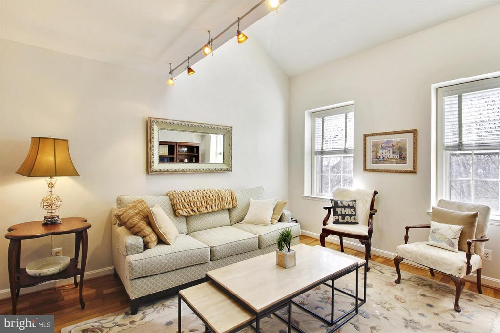 Tons of natural light - 3801 39TH ST NW #F84, WASHINGTON