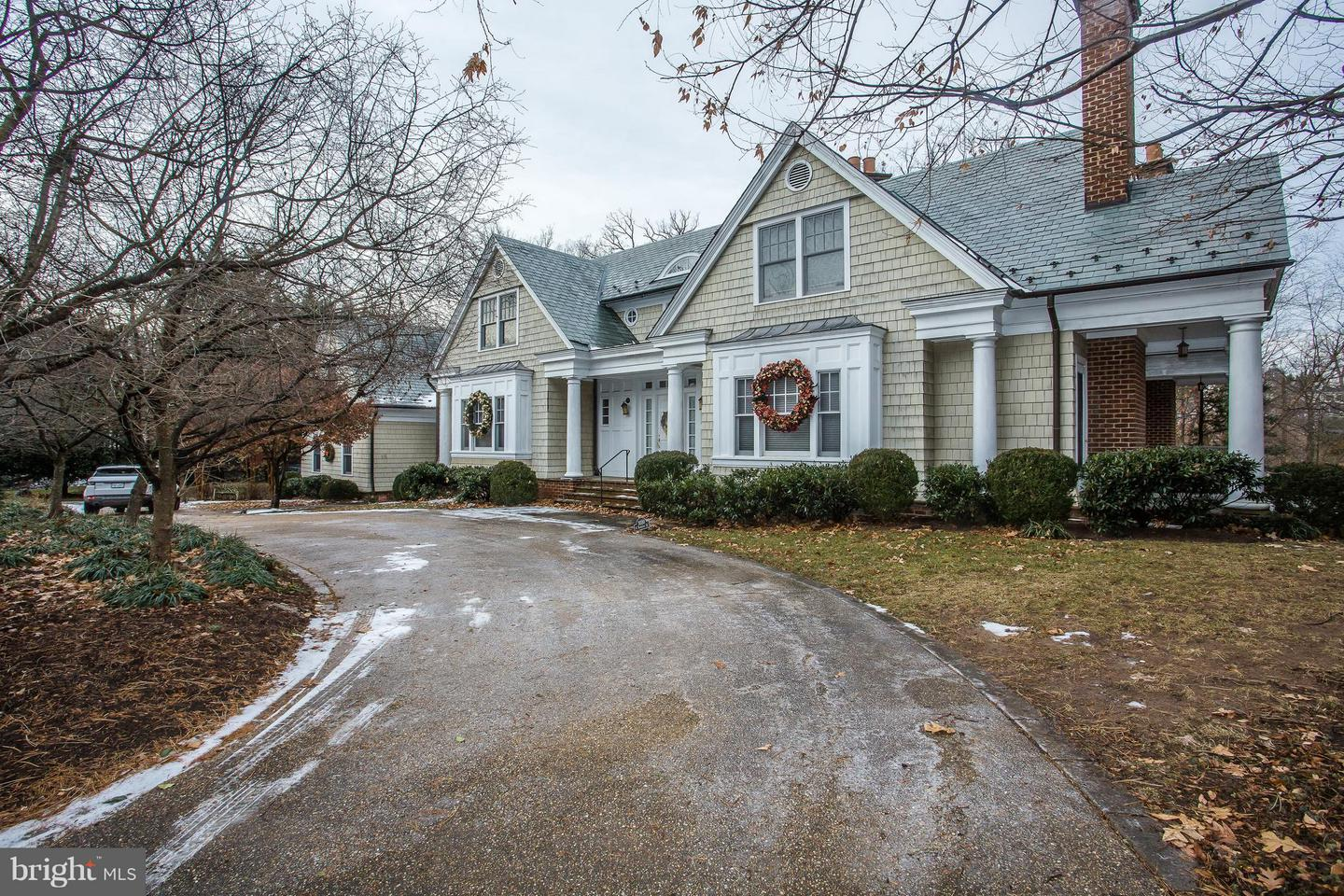 Single Family Home for Sale at 3030 Dickerson St N 3030 Dickerson St N Arlington, Virginia 22207 United States