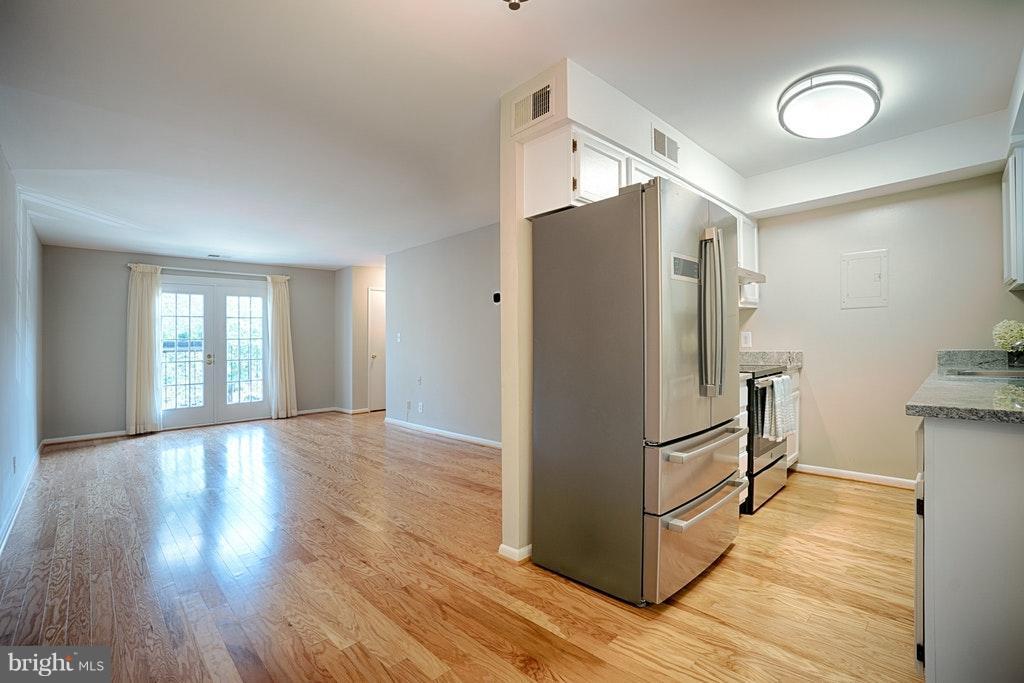 Kitchen gleaming HW floors - 2848-C WAKEFIELD ST #C, ARLINGTON