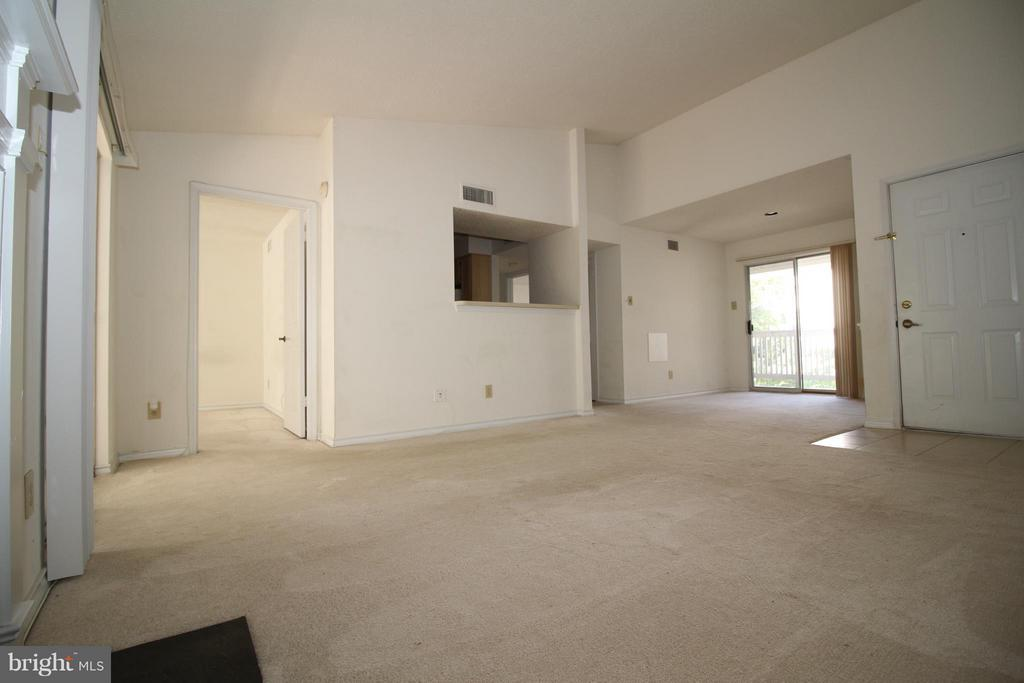 Living room - 1511 LINCOLN WAY #304, MCLEAN