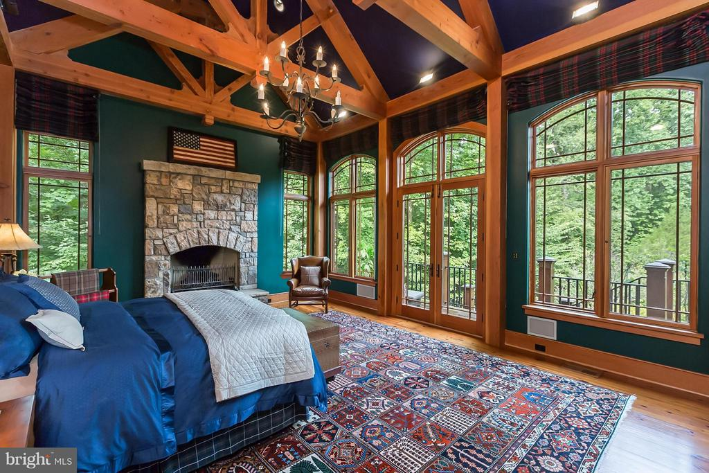 Main-level master bedroom with wooded views - 8922 JEFFERY RD, GREAT FALLS