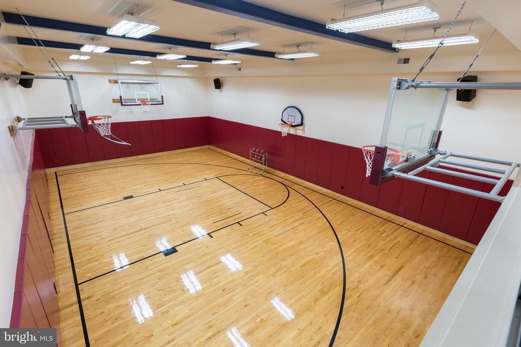 Basketball/Sport court with hardwood flooring - 8922 JEFFERY RD, GREAT FALLS