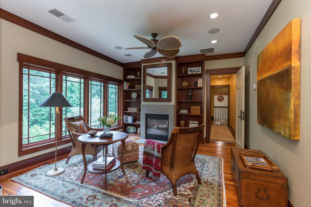 Upper sitting room/office with gas fireplace - 8922 JEFFERY RD, GREAT FALLS