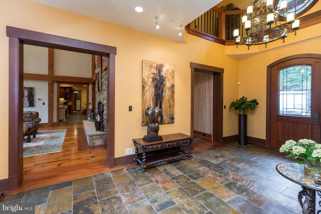 Gorgeous two-level foyer opens to great room - 8922 JEFFERY RD, GREAT FALLS