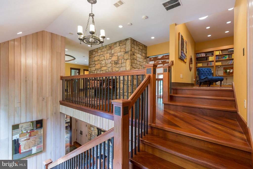 Elegant stairs lead to upper level - 8922 JEFFERY RD, GREAT FALLS