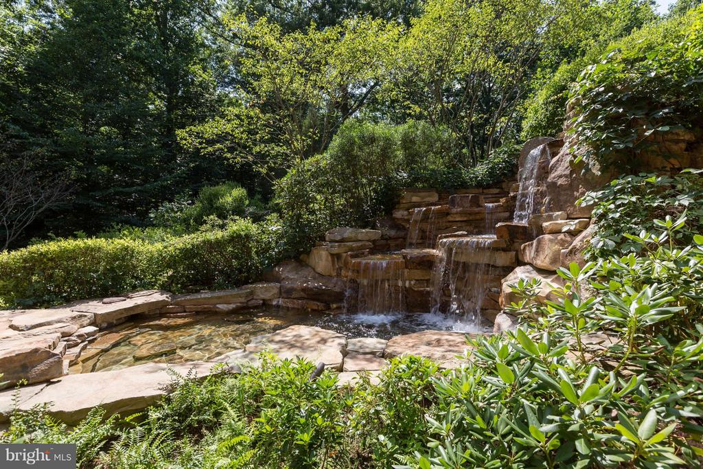 Beautiful waterfall, pond and integrated hot tub - 8922 JEFFERY RD, GREAT FALLS