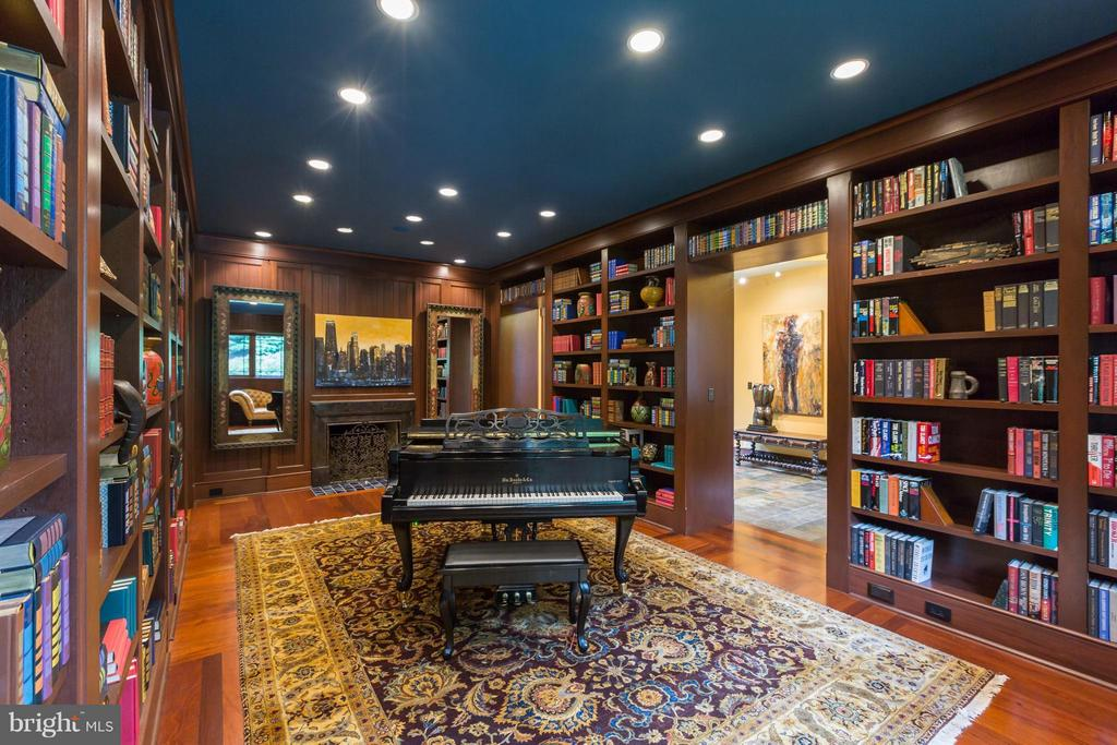 Magnificent wood library adjacent to foyer - 8922 JEFFERY RD, GREAT FALLS