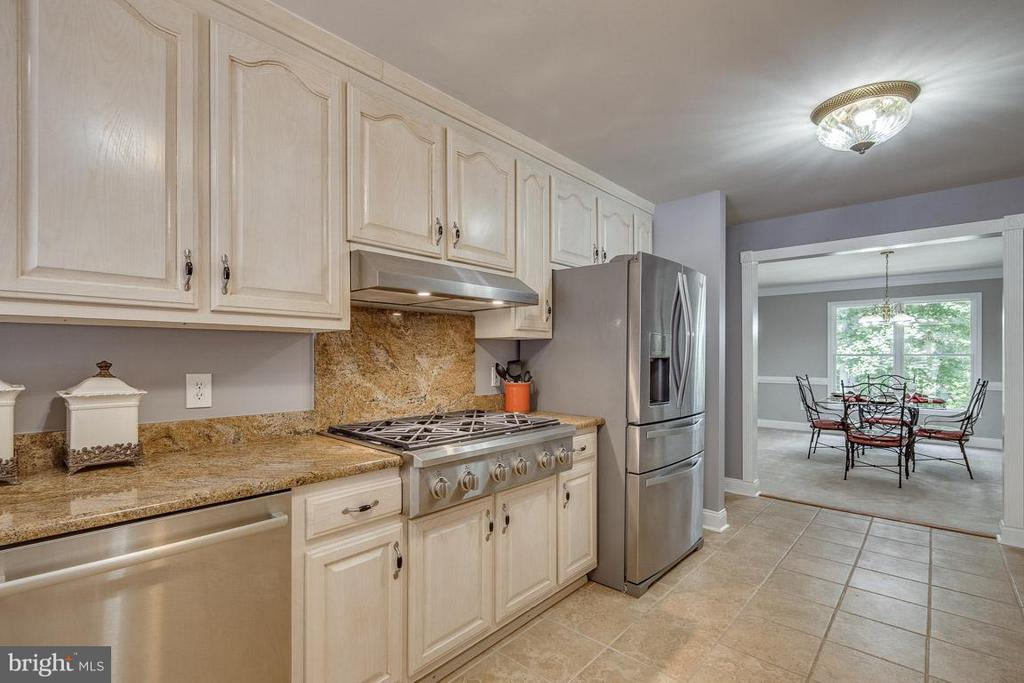 Plenty  of room to cook and entertain - 15 BEAVER RIDGE RD, STAFFORD