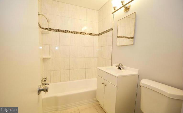Bath - 5101 8TH RD S #403, ARLINGTON