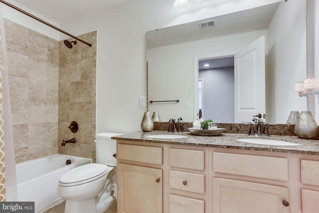 Bath with dual granite vanities! - 2424 GLOUSTER POINTE DR, DUMFRIES