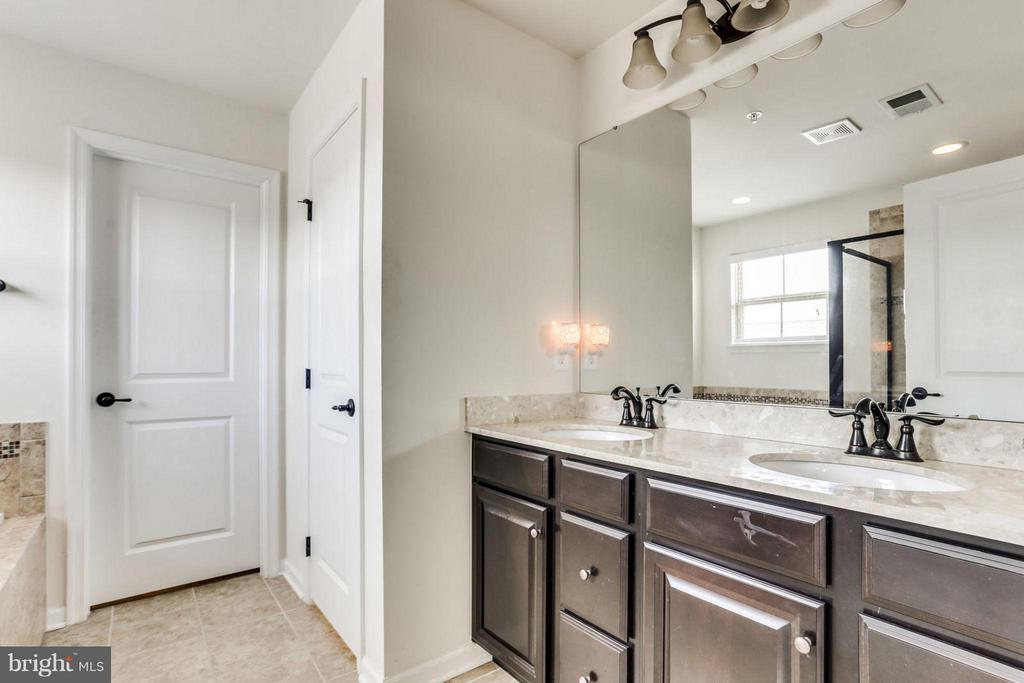 Bath (Master) with dual granite vanities! - 2424 GLOUSTER POINTE DR, DUMFRIES