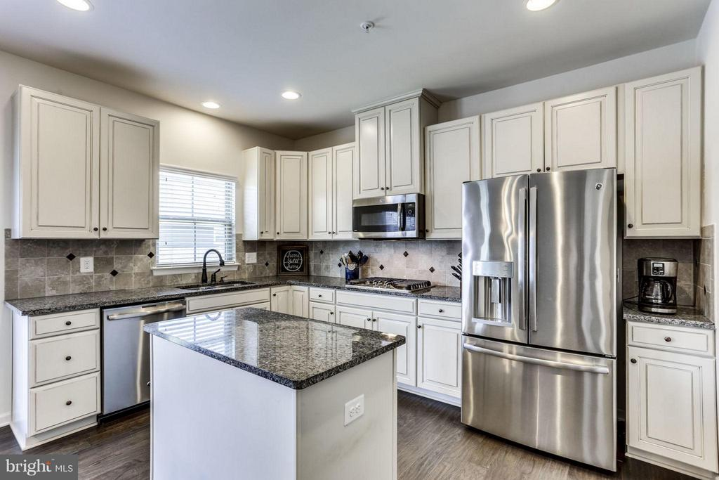 Kitchen with Granite counter Tops! - 2424 GLOUSTER POINTE DR, DUMFRIES