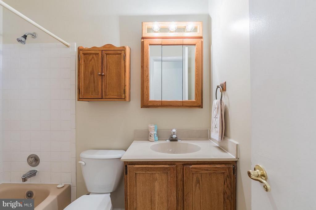 Upper level hallway bathroom - 13718 KERRYDALE RD, WOODBRIDGE