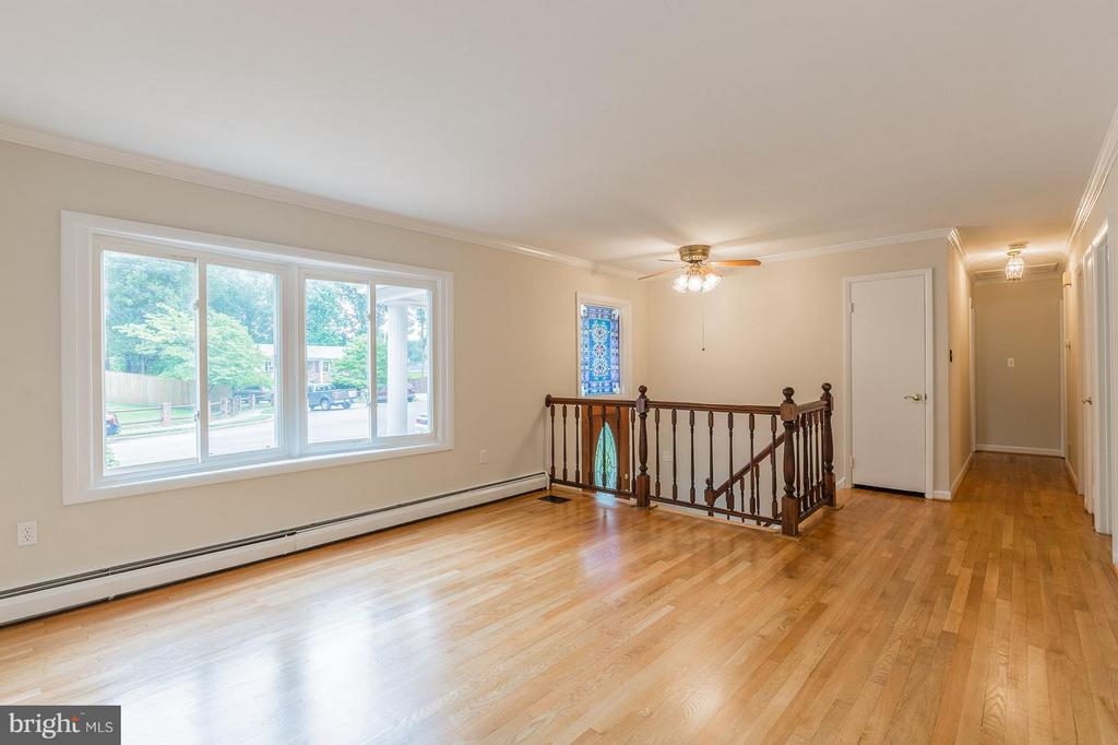 Bright and airy living room with large bay window - 13718 KERRYDALE RD, WOODBRIDGE