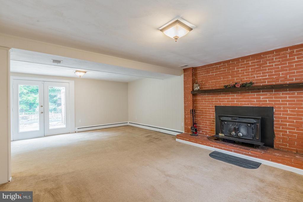 Family Room w/wood burning stove - 13718 KERRYDALE RD, WOODBRIDGE