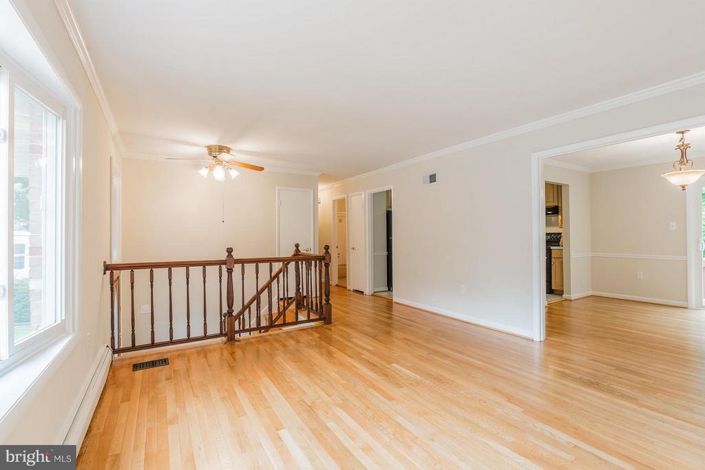 Living Room w/gorgeous hardwood floors - 13718 KERRYDALE RD, WOODBRIDGE