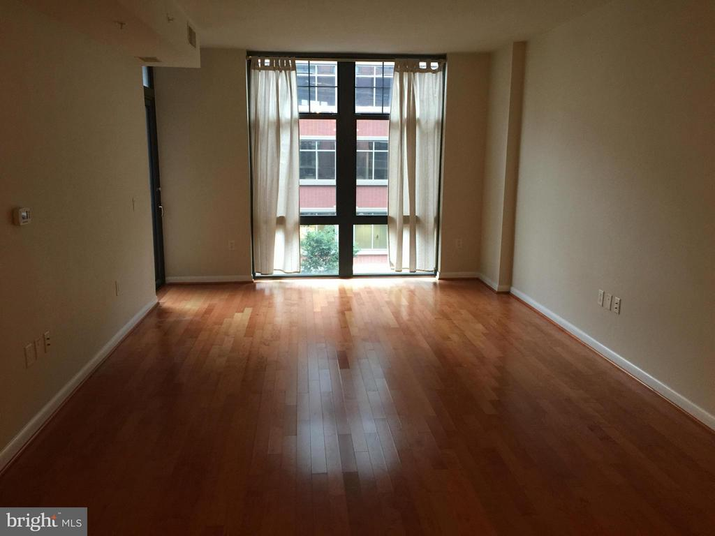 Living Room - 1021 N GARFIELD ST #420, ARLINGTON