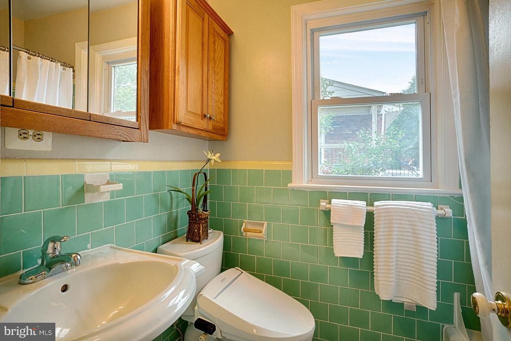 Retro green and yellow main level full bathroom - 1404 RANDOLPH ST, ARLINGTON