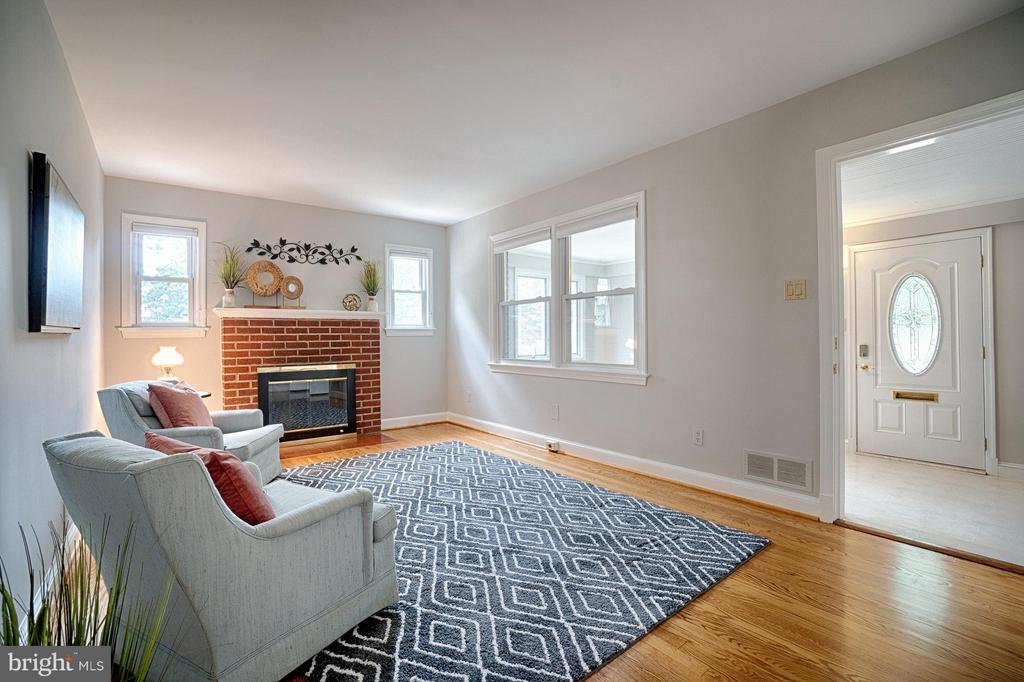 Tons of natural light throughout - 1404 RANDOLPH ST, ARLINGTON
