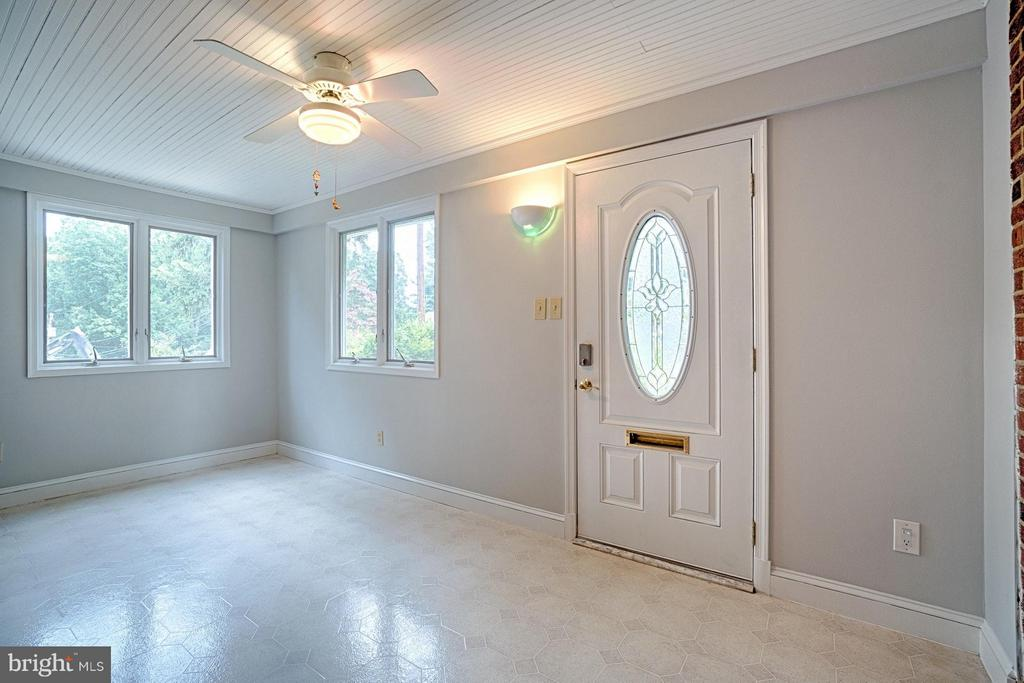 Enclosed front porch perfect for greeting guests - 1404 RANDOLPH ST, ARLINGTON