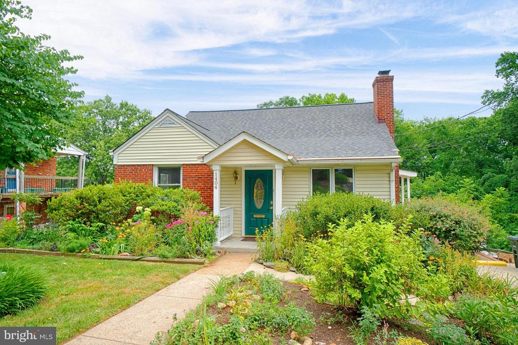 Incredible curb appeal with perennial gardens - 1404 RANDOLPH ST, ARLINGTON