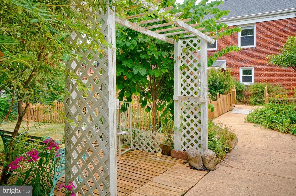 Incredible perennial gardens and paths - 1404 RANDOLPH ST, ARLINGTON
