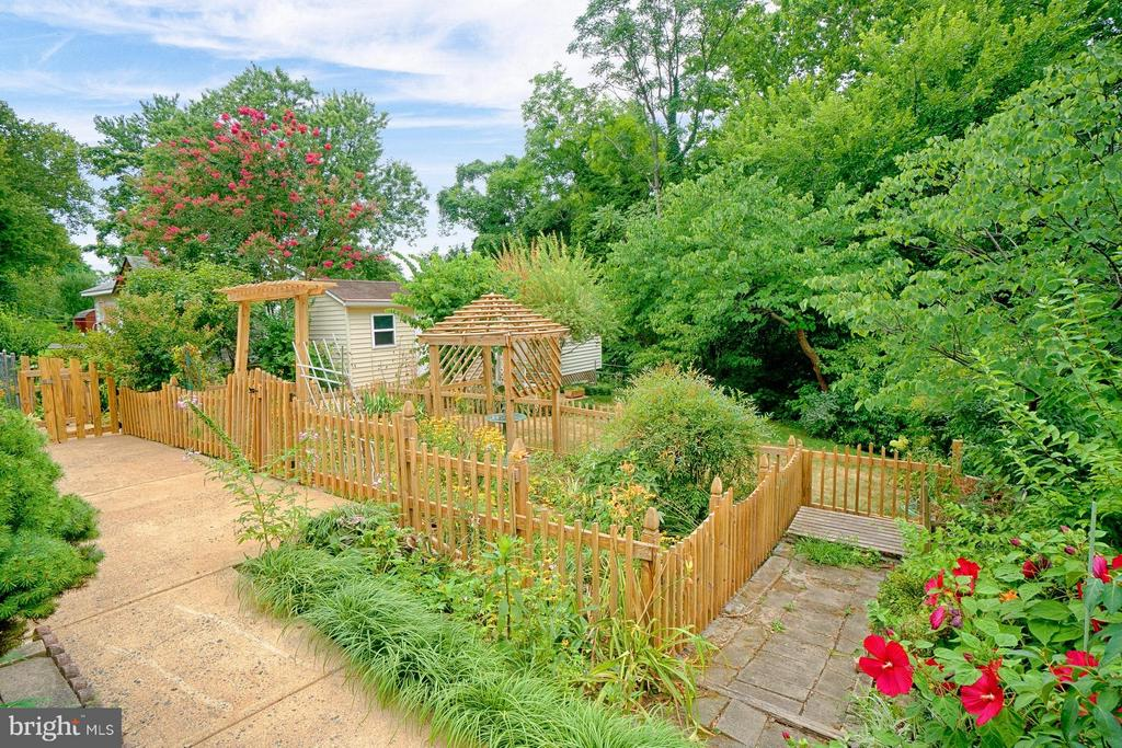 Quaint picket fence encloses flower garden - 1404 RANDOLPH ST, ARLINGTON