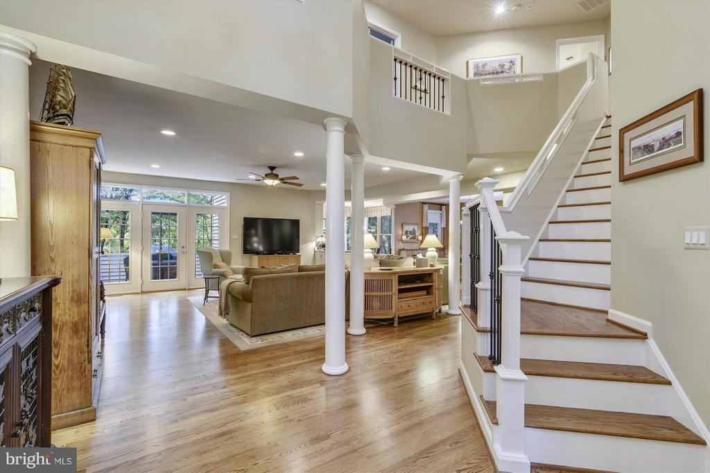 Entry w/beautiful hardwood floors throughout home - 1338 RED HAWK CIR, RESTON