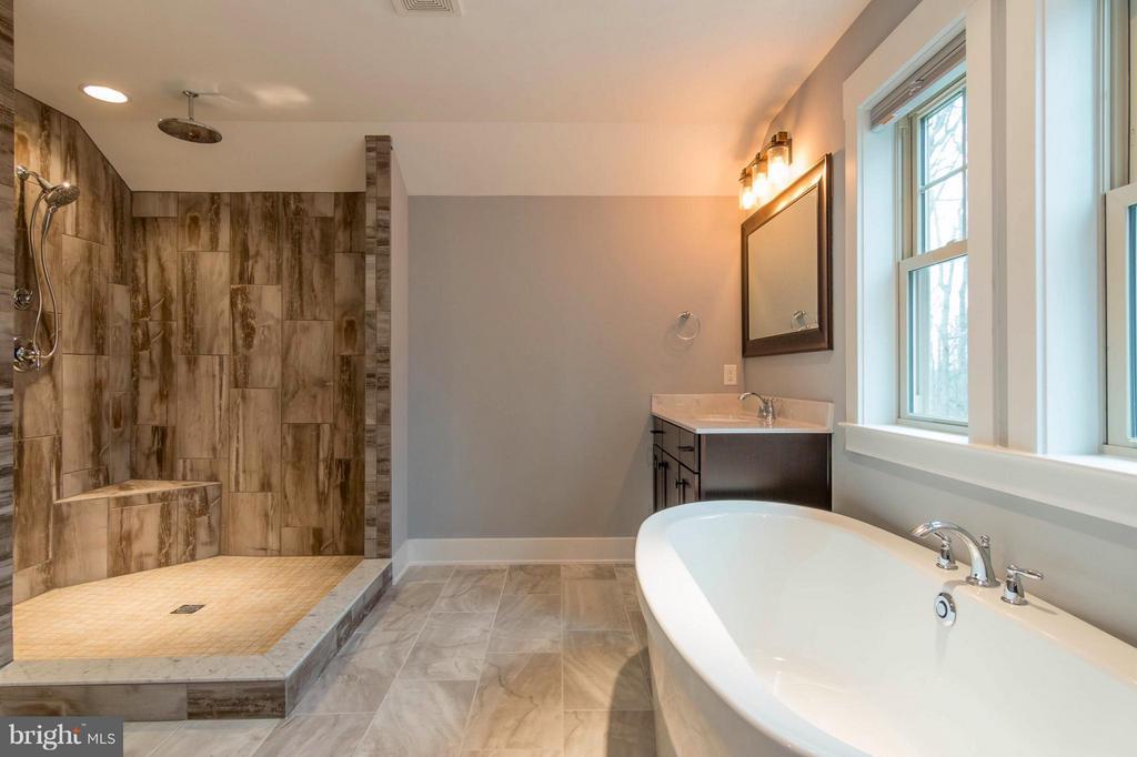 Free standing soaking tub & Huge shower - 2650 PARK MILLS RD, ADAMSTOWN