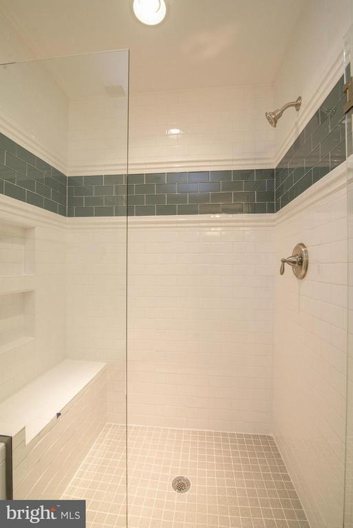 Example: Bath - 6718 OAKRIDGE RD, NEW MARKET