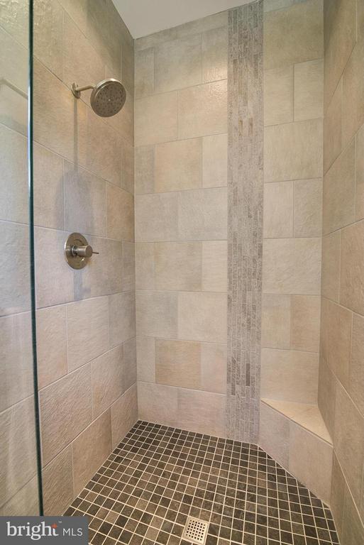 Example: Bath (Master) - 6718 OAKRIDGE RD, NEW MARKET
