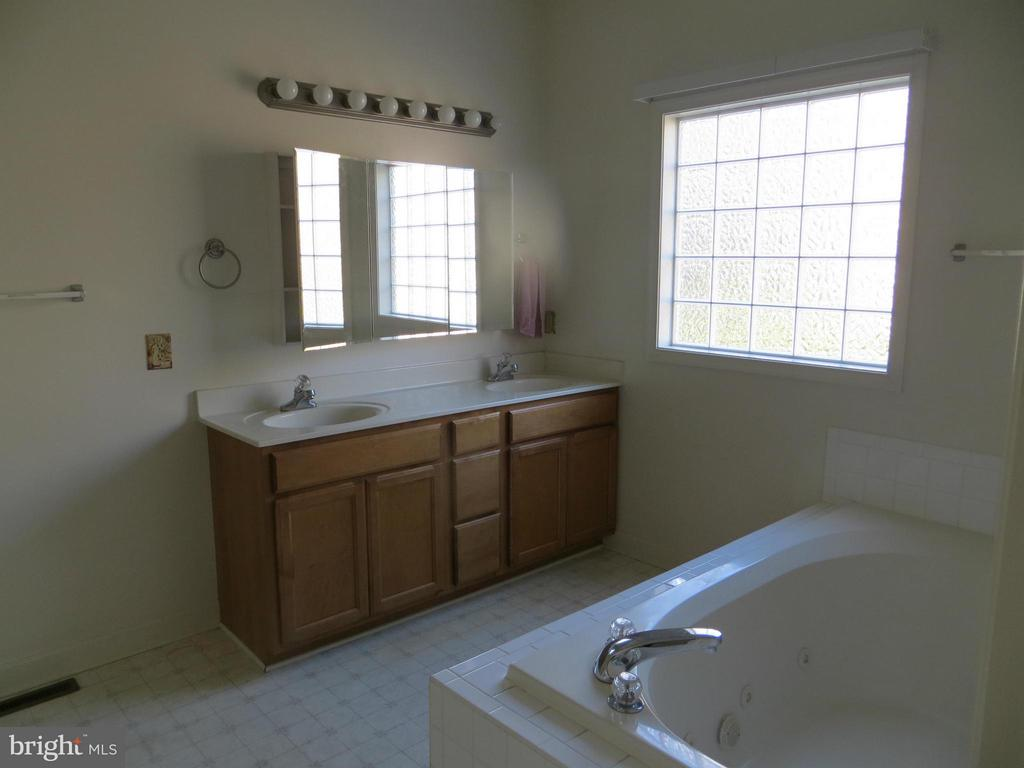 Bath (Master) Jet Tub - 518 HARRISON CIR, LOCUST GROVE